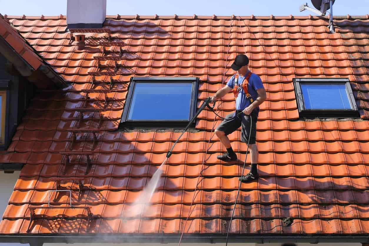 Comptez entre 15 et 25 € le m2 pour le nettoyage de toiture en ardoise.
