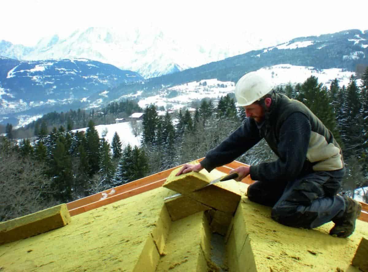 pose de laine de verre sur toit isover